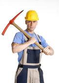 Retrato de trabajador de construcción sosteniendo un pico. — Foto de Stock