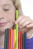 Niña recogiendo un detalle crayon. — Foto de Stock
