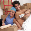 Hispanic young couple moving to a new home. — Foto de Stock