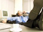 расслабленной бизнесмен, работающих в офисе — Стоковое фото