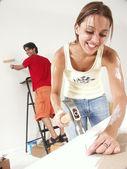 Pareja de hispano trabajando en un nuevo hogar. — Foto de Stock