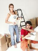 Yeni bir ev üzerinde çalışan genç bir i̇spanyol çift. — Stok fotoğraf