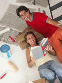Hispanic young couple moving to a new home. — Stock Photo