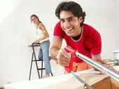 Spansktalande par arbetar på nya hem. — Stock fotografie