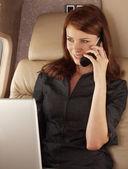 Mulher de negócios trabalhando em um avião privado — Fotografia Stock