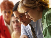 Obchodní tým pracuje společně v kanceláři — Stock fotografie