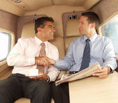 Obchodní muž potřásl rukou a pracuje v soukromé letadlo — Stock fotografie