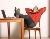 Man vilar på ett skrivbord. — Stockfoto