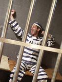 Erschöpft gefangener in einer gefängniszelle. — Stockfoto