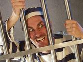 怒っている囚人は刑務所で. — ストック写真