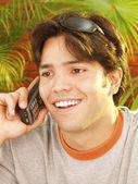 Młody mężczyzna rozmawia przez telefon komórkowy. — Zdjęcie stockowe