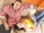 Pareja hispana disfrutando en una sala de estar. joven pareja disfrutando en una casa. — Foto de Stock