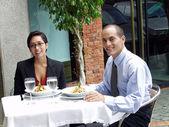 Casal latino-americano de compartilhamento em um restaurante. — Fotografia Stock