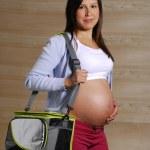 kobieta w ciąży gospodarstwa torba sportowa — Zdjęcie stockowe