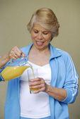 Mitten av vuxen kvinna dricker apelsinjuice. kvinna anläggning apelsinjuice burk. — Stockfoto