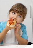 Menina comendo um dog.kid quente, comendo cachorro-quente. — Foto Stock