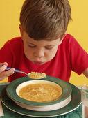 小的时候在厨房里吃汤. — 图库照片