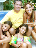 Family by swimming pool — Stockfoto