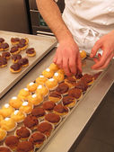 Chef preparing and organizing cupcakes — Stock Photo