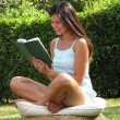 Outdoors reading book woman. — Foto Stock