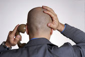 担心成人光头头男人从电话上的后视图. — 图库照片