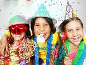 Carnaval drôle trois enfants portrait bénéficiant d'ensemble. — Photo