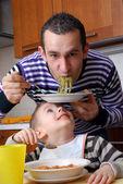 Père et son fils manger — Photo