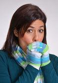 Mujer invierno expresiva calentando sus manos. — Foto de Stock