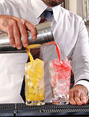 Barman voorbereiding cocktail drinken. — Stockfoto