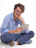 Ung student med en tablett — Stockfoto