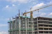 塔式起重机和建筑施工 — 图库照片