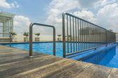 在游泳池里的栏杆 — 图库照片