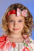 Piękny mały dziewczyna pozuje w piękną sukienkę — Zdjęcie stockowe
