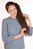 Vacker ung flicka med magnifika hår年轻漂亮的女孩,与华丽的头发. — 图库照片