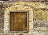 Stará cihlová zeď s zabedněné okno 2 — Stock fotografie
