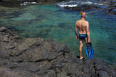 年轻的人有岩石海岸浮潜设备 — 图库照片