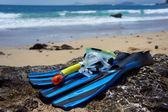 Snorkling, simning, dykning utrustning på stranden rock. — Stockfoto