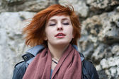 Yound red-haired woman stands in the wind — Foto de Stock