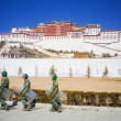LHASA, TIBET - FEB 14: Potala Palace and Chinese armed police warrior on February 14, 2009 in Lhasa, Tibet. Potala Palace is the holiest site in Tibetan Buddhism. February 14, 2009 in Lhasa,Tibet — Stock Photo