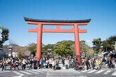 KAMAKURA, JAPAN - MARCH 22 2014: Torii at Tsurugaoka Hachimangu Shrine. One the most important Shinto shrine in Kamakura and an Important Cultural Property of Japan. — Stock Photo