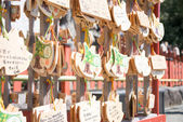 KAMAKURA, JAPAN - MARCH 22 2014: Ema praying tablets at Tsurugaoka Hachimangu Shrine. Ema are small wooden plaques used for wishes by shinto believers. — Foto Stock