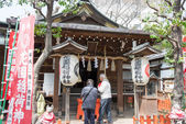 TOKYO, JAPAN - APRIL 1 2014: Visitors at Hanazonoinari Shrine on April 1, 2014 in Ueno Park. Ueno Park was established in 1873 on lands formerly belonging to the temple of Kan'ei-ji. — Стоковое фото
