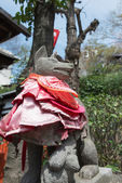 TOKYO, JAPAN - APRIL 1 2014: Fox sculture in Hanazonoinari Shrine on April 1, 2014 in Ueno Park. Ueno Park was established in 1873 on lands formerly belonging to the temple of Kan'ei-ji. — Stock Photo