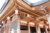 Tokio, japón - 04 de abril de 2014: yushima tenmangu santuario. este santuario fue establecido originalmente en 458 d.c. para rendir culto ameno-tajikaraono-mikoto, una de las deidades aparece en los mitos japoneses. — Foto de Stock