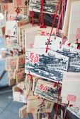 Tokyo, Japonya - 4 Nisan 2014: ema tabletleri yushima seido Tapınağı'nda dua. Ema çoğu için dilek Şinto müminler tarafından kullanılan küçük ahşap plaket. — Stok fotoğraf