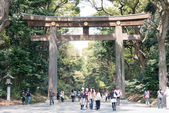 Tokyo, japan - april 10 2014: meiji shrine (meiji jingu). meiji-templet är den shinto helgedomen tillägnad kejsare meiji gudomliga själar och hans hustru kejsarinnan shoken. — Stockfoto