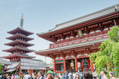 TOKYO, JAPAN - APRIL 16 2014: Senso-ji Temple, Tokyo, Japan.The Senso-ji Buddhist Temple is the symbol of Asakusa and one of the most famous temples in all of Japan. — Foto de Stock