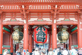 TOKYO, JAPAN - APRIL 16 2014: Senso-ji Temple, Tokyo, Japan.The Senso-ji Buddhist Temple is the symbol of Asakusa and one of the most famous temples in all of Japan. — Stock Photo