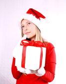 ギフトとミセス ・ サンタとしての夢を見て、若い女の子 — ストック写真