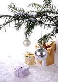 Bola de plata nuevo años con regalos sobre nieve — Foto de Stock